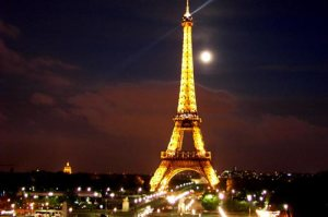 Eifel-tower-and-the-moon