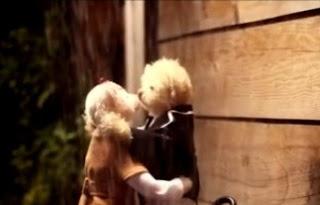 Playful kiss (189)